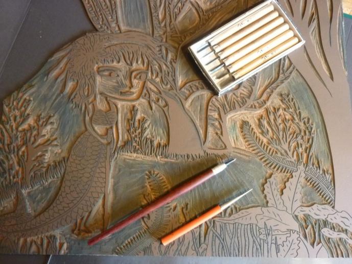 Les gouges et la plaque de lino gravée