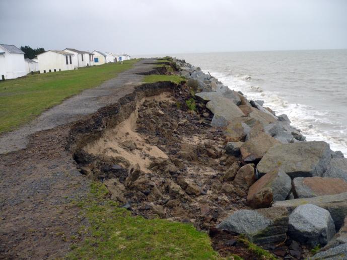 La promenade de la plage détruite par la mer