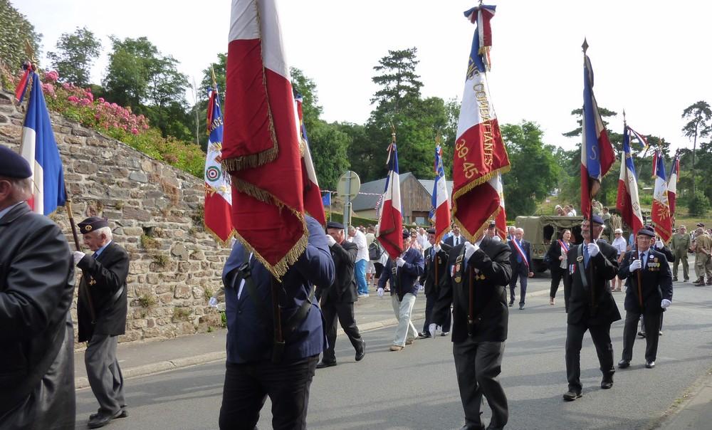 En tête, la fanfare de la Lucerne d'Outremer suivie par les Anciens Combatants et les élus.