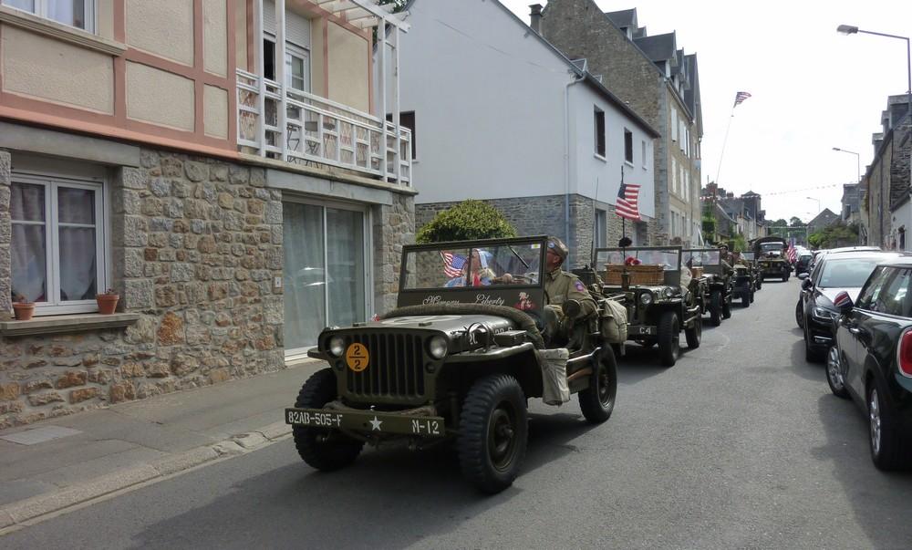 Le convoi emprunte la rue du Général de Gaulle.