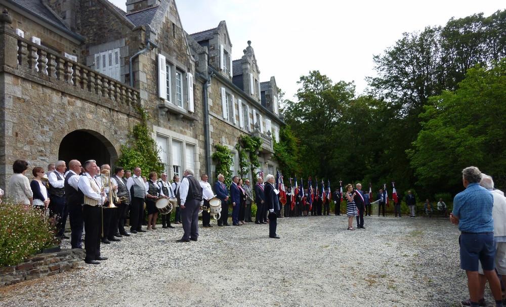 Les hymnes américains et français sont interprétés.