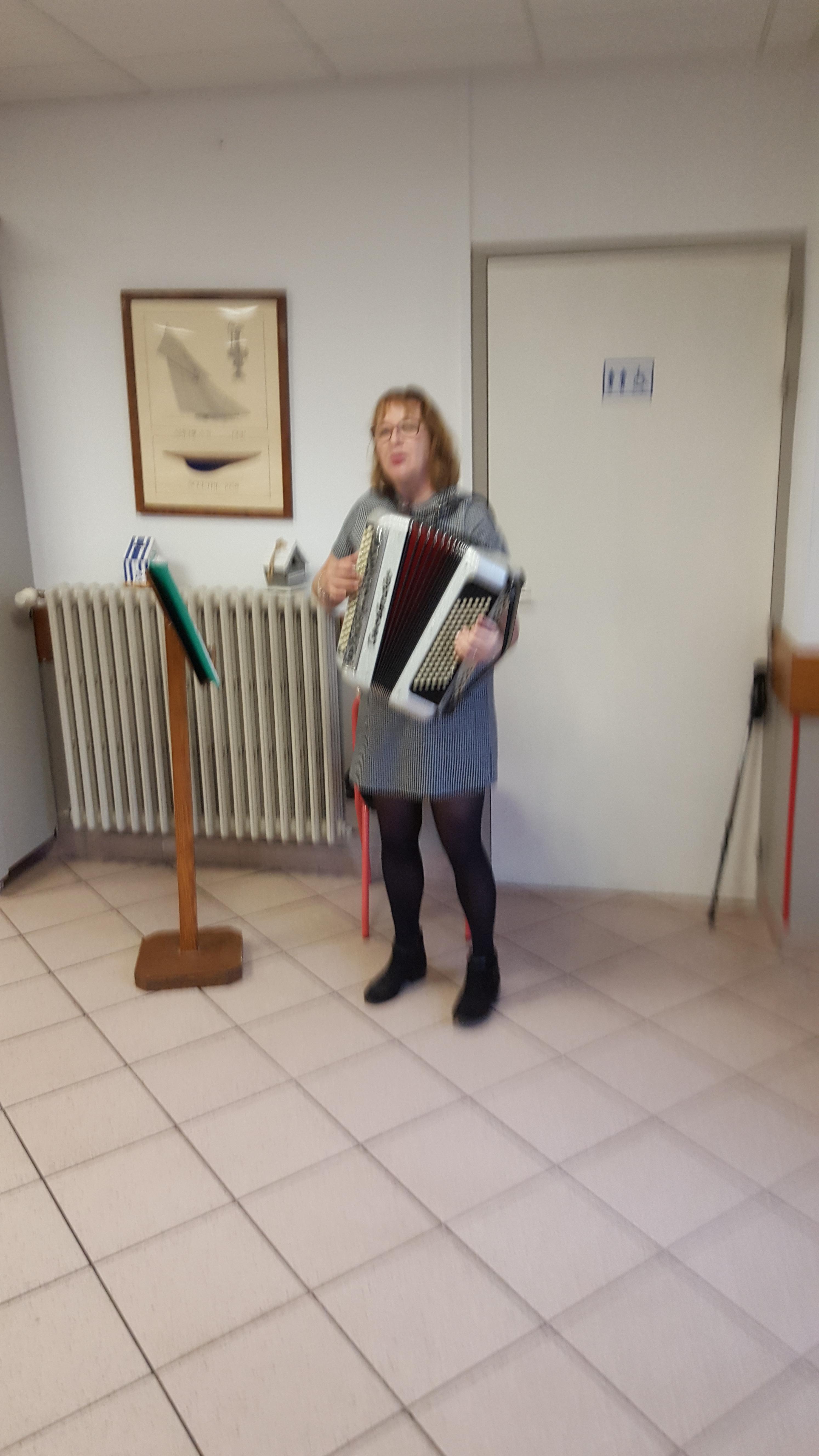 L'ambiance est confortée par Christine Blin, de Saint-Pair sur-Mer avec son accordéon …